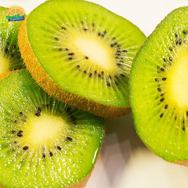 بهترین میوهها برای درمان آنمی: 11. کیوی یکی از بهترین میوهها برای مقابله با کم خونی