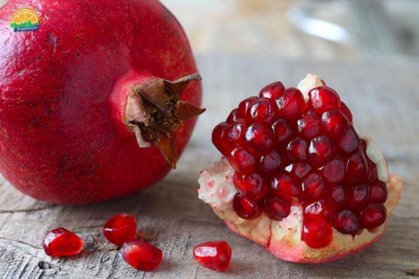 نحوهی انتخاب میوه پاییزی انار